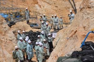 日本原電が依頼した国内外の専門家チームによる敦賀原発構内の現地調査=2014年6月3日、福井県敦賀市明神町