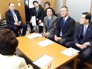 国会議員に拉致問題の解決を要望する地村保志さん(右から3人目)ら=12日、東京都内