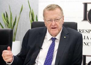 シドニーで記者会見するIOCのジョン・コーツ調整委員長=13日(共同)