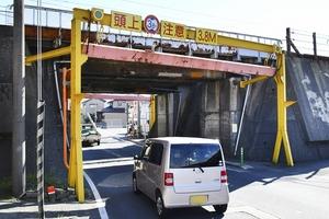 トラックが接触したとみられる架道橋=10月17日午前9時45分ごろ、福井県福井市八重巻中町