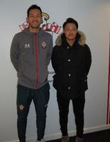 サッカー日本代表の吉田麻也と英国に移住しサポートする木谷将志トレーナー(右)