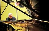 脳出血後遺症抱え左手でピアノ演奏 舘野さん、越前町公演