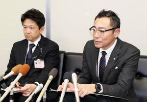 市役所で記者の質問に答える青森県弘前市の堀川慎一人事課長(右)ら=13日午後