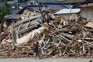 豪雨による被害から1カ月となった、熊本県球磨村の住宅街に積み上げられたがれき=4日午後2時
