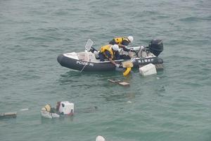 巡視艇あさぎりの搭載艇による救助の様子