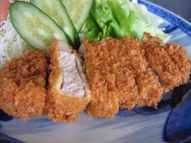 ジューシーなトンカツと新鮮な魚介類の料理が自慢