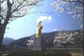 金色の麻那姫像が建つ休憩スポット