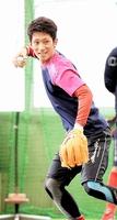守備練習で軽快な動きを見せる西川=広島県廿日市市の大野練習場
