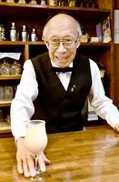 現役でカウンターに立つ福井県内最高齢バーテンダーの水上実さん=福井県敦賀市清水町1丁目