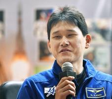打ち上げ前日の記者会見をする宇宙飛行士の金井宣茂さん=2017年12月16日、カザフスタンのバイコヌール