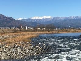 冬晴れに浮かぶ雪化粧した白山。眼下には九頭竜川の清流=12月10日、福井県勝山市から撮影