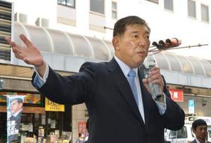 神戸市で街頭演説する自民党の石破元幹事長=11日午前