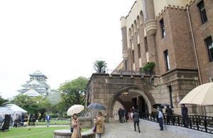 歴史的建築物「旧陸軍第4師団司令部庁舎」を改装した商業施設「ミライザ大阪城」。左後方は大阪城の天守閣=19日午前