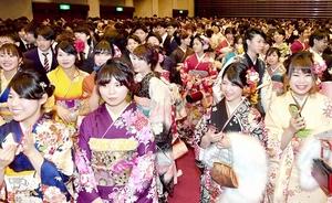 約2千人が参加した2018年の福井県福井市の成人式。2022年度は会場確保や日程調整が課題となりそうだ=1月7日、同市のフェニックス・プラザ