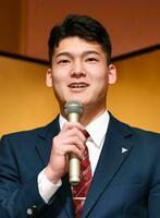 中日の入団記者会見で笑顔を見せるドラフト1位の石川昂弥内野手=16日、名古屋市
