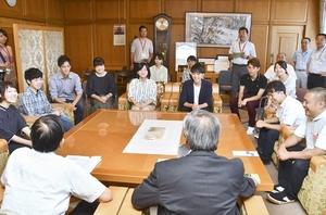 坂本憲男市長(手前右)を表敬した竹田Tキャンプに参加する学生ら=8月8日、福井県坂井市役所