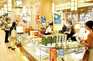 地域共通クーポンが使用できるプリズム福井の土産店=10月1日、福井県福井市のJR福井駅