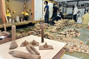 学生らにより御手足堂から運び出され分類された木型=福井県若狭町三方の三方石観世音