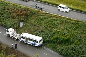 小学生18人を乗せたマイクロバスが、土手から転落した現場=19日午前10時24分、福岡県うきは市(共同通信社ヘリから)