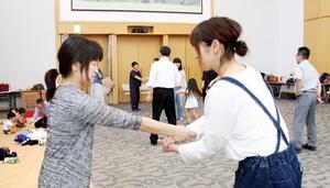 腕をつかまれた際の対応を実践する参加者