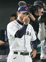 「プレミア12」で初優勝を果たし、涙ぐむ稲葉監督=東京ドーム