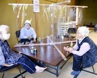 高齢者 「3密」防ぎ交流 越前町・気比庄区公民館 12人、久々会話に笑顔
