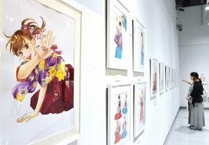 繊細なタッチで描かれた色鮮やかな原画が並ぶ作品展=福井県あわら市金津創作の森