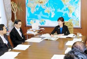 稲田朋美防衛相(中央)に原発立地地域への自衛隊配備を要望する西川一誠知事(左から2人目)ら=18日、同省大臣室