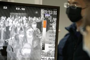 関西空港のサーモグラフィー画面に映し出される到着客=1月22日