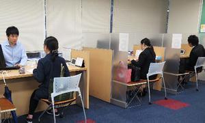 明治大の就職キャリア支援センターで就職相談をする大学生ら=東京都千代田区