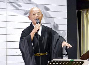 法話の後、檀家らに演歌を披露する鷲崎孝二さん=10月10日、福井県美浜町の徳賞寺