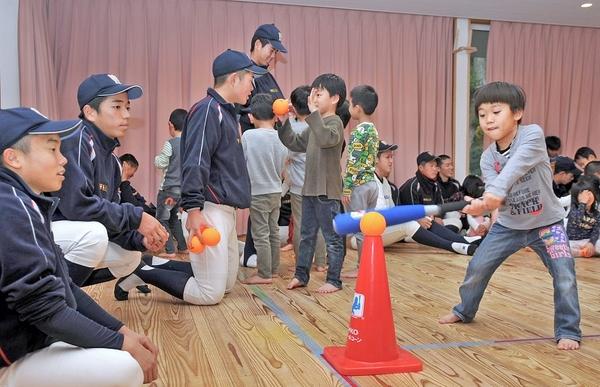 若狭高野球部員と園児がボール遊び
