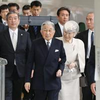 伊勢神宮参拝に向けて出発される天皇、皇后両陛下。後方は「三種の神器」の剣=17日午後、JR東京駅(代表撮影)