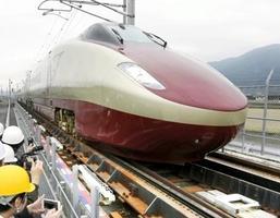 新幹線と在来線を直通運転するための軌間変換装置を通過するフリーゲージトレイン=熊本県八代市