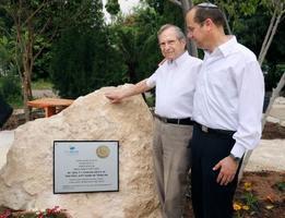 2日、イスラエル中部ベイトシェメシュの学校に設置された杉原千畝の記念碑に手をそえるベール・ショールさん(共同)