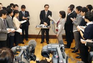 もんじゅ関連協議会後、記者団の質問に答える福井県の西川一誠知事=21日午前、文科省