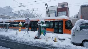 福井市の市役所前駅付近で停車している福井鉄道福武線の列車=12日午前