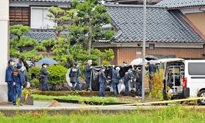 女子高生の遺体が見つかった住宅を調べる捜査員=9月10日午後3時15分ごろ、福井県福井市