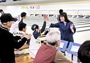 ボウリングを通して交流を深めるエレファンツの選手とファン=3日、福井市