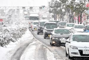 雪が道路に残り、渋滞となった国道8号線=11日午前8時45分ごろ、福井市米松2丁目