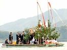 舟に乗って奉納、若狭町の神社例祭