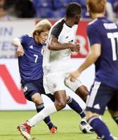 日本―コスタリカ 試合終了間際、ゴールを決める伊東(左)=パナスタ