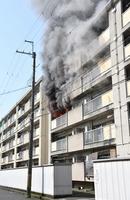 黒い煙を上げて燃える市営住宅の一室=3月29日、福井県小浜市後瀬町