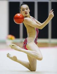 新体操、喜田が女子個人前半首位