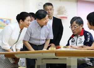 新潟市の県障害者リハビリテーションセンターを視察し、利用者に声を掛けられる天皇、皇后両陛下=17日午前(代表撮影)