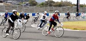 4時間耐久のママチャリレースでコーナーを駆け抜ける参加者=11月3日、福井県福井市のタカスサーキット