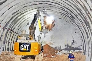 北陸新幹線深山トンネルで行われた貫通の掘削作業=8月3日、福井県敦賀市樫曲(トンネル北端部)