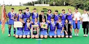 4連覇を果たした女子朝日の選手ら=大分県玖珠町メルヘンの森スポーツ公園