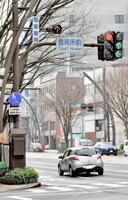 停電しても点灯する信号機。非常用電源装置を備えている=1月16日、福井県福井市大手3丁目