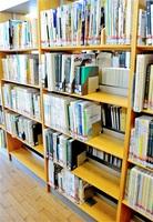 切り取り被害の発覚後に学校史を閉架書庫に移し、空きができた書棚=11日、福井市の県立図書館